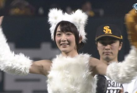 【乃木坂46】ギガちゃん衣装で生駒里奈が始球式!見事ワンバウンドで届く!